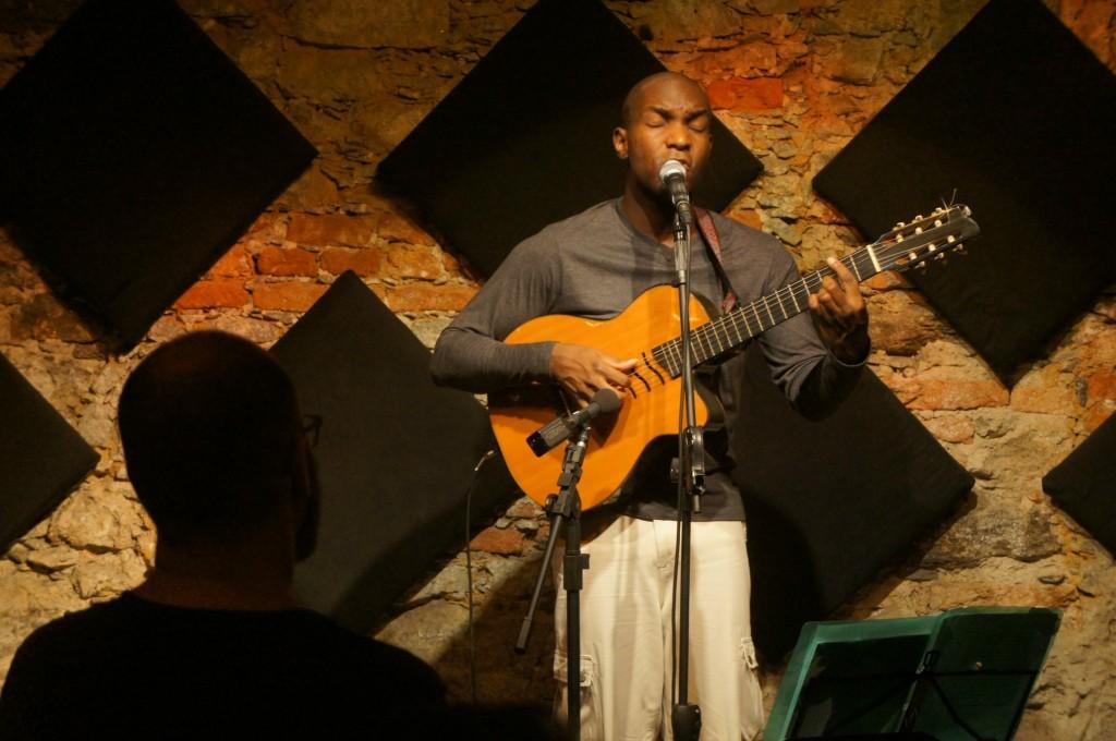 Vidal Assis canta as músicas feitas em parceria com Hermínio Foto: Bernardo Costa / coisasdamusica