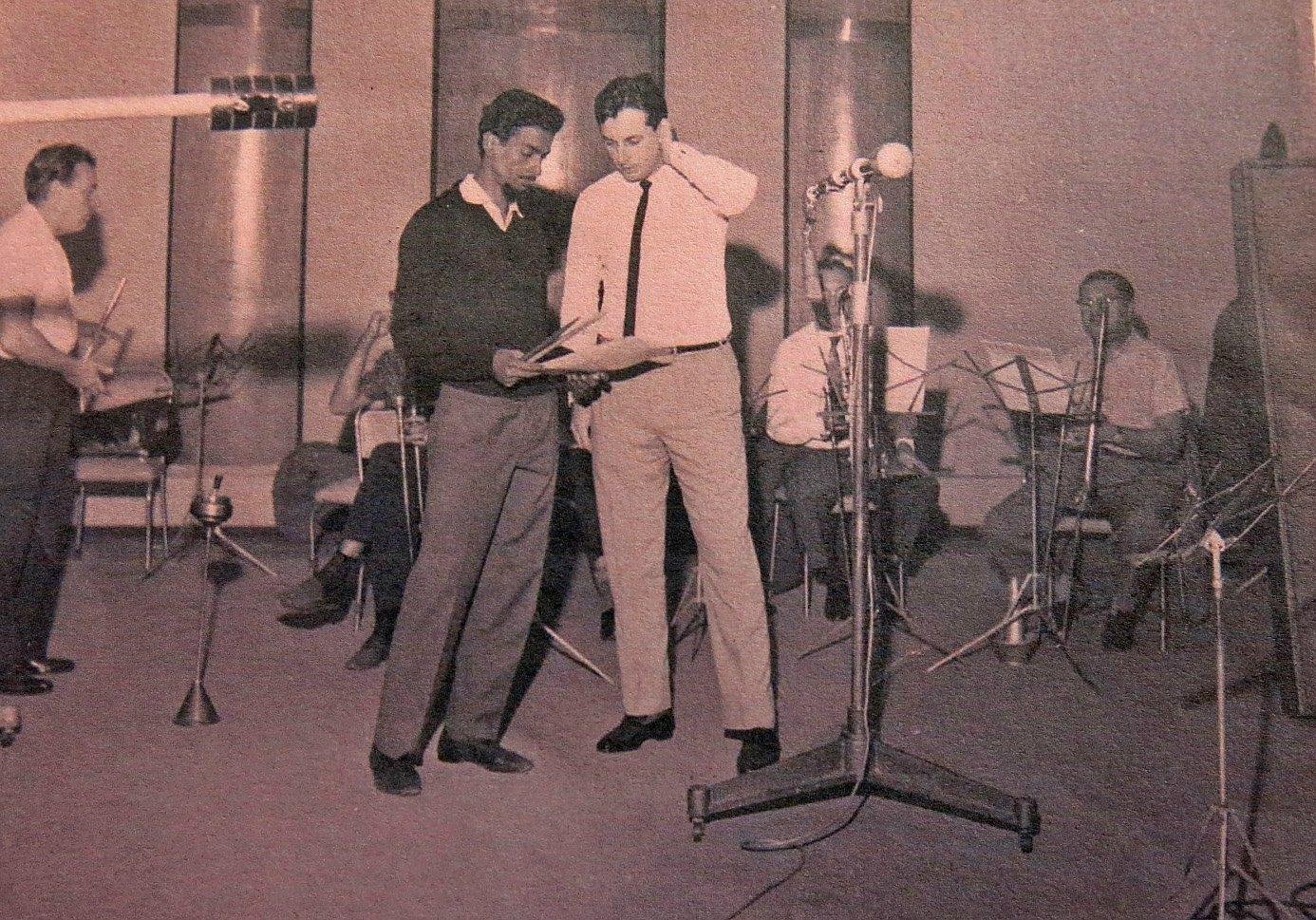 No estúdio da Philips: Dom Um Romão e Pittigliani; ao fundo, o flautista Copinha Foto: Arquivo pessoal