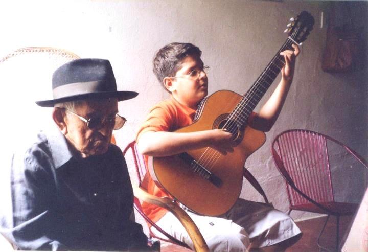 Cainã Cavalcanti toca violão para o padrinho Patativa do Assaré Foto: Arquivo pessoal